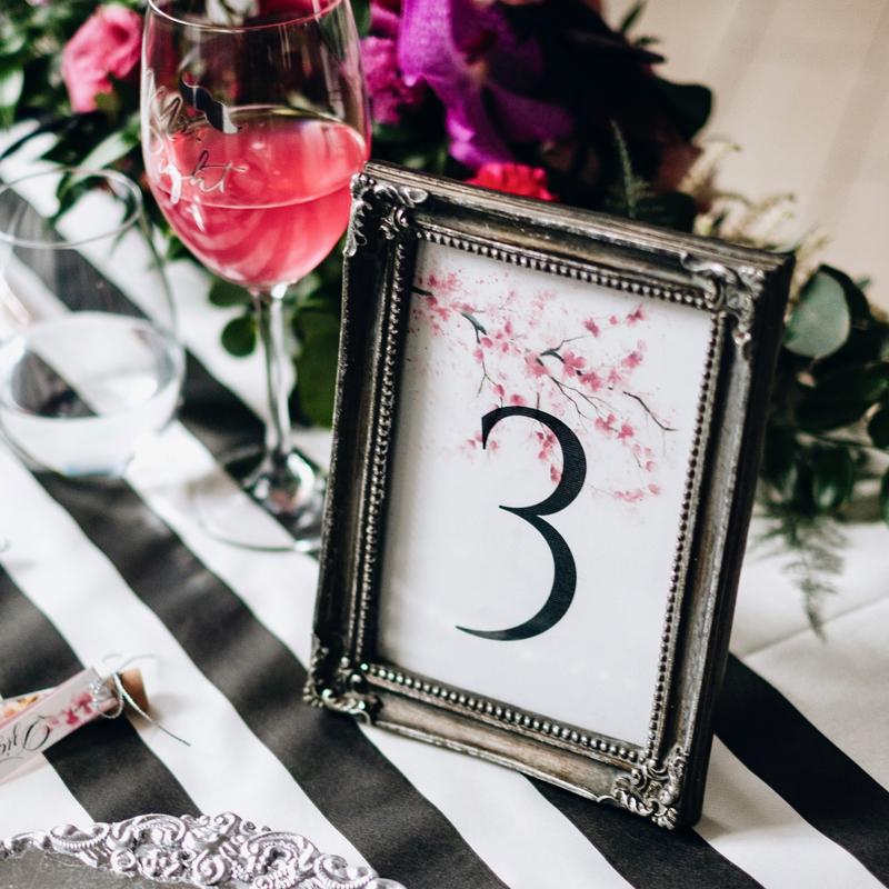 numery stołów weselnych różowe